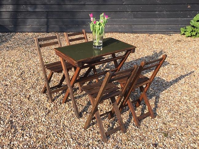 Terras huren - Houten klapstoelen en tafel (met groen ingelegd blad), de échte eiken van François Sermijn