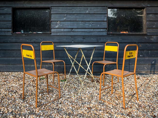 Terras huren - Oude metalen stoeltjes (geel/bruin) met tafel