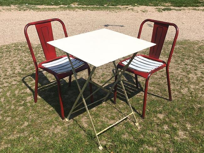 Terras huren - Metalen stoeltjes met tafel - witte zitting