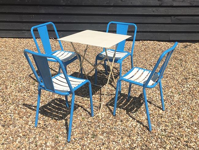Nieuwe metalen stoelen (blauw) en tafel