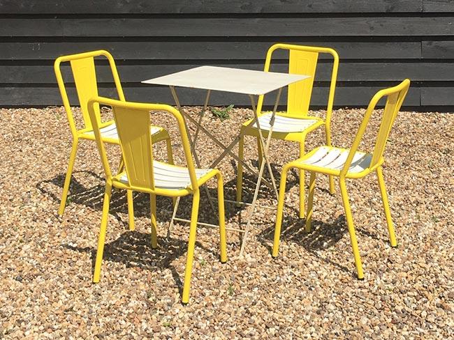 Nieuwe metalen stoelen (geel) en tafel