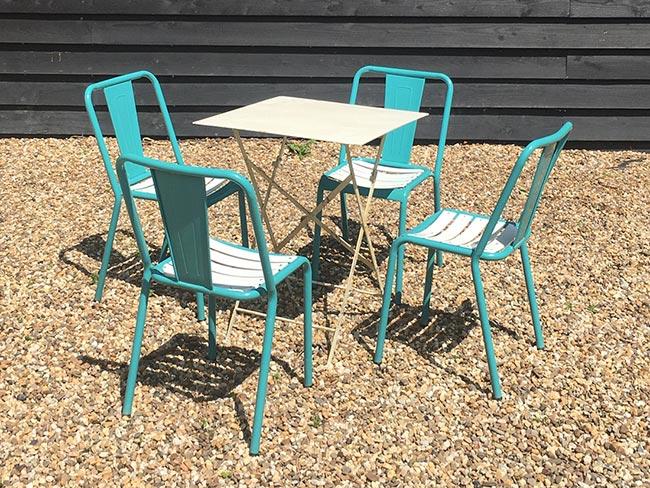 Nieuwe metalen stoelen (groen) en tafel