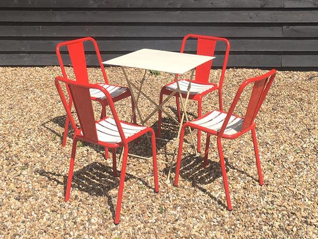 Nieuwe metalen stoelen (rood) en tafel