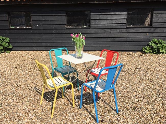 Terras huren - Nieuwe metalen stoeltjes (groen/blauw/rood/geel) met tafel