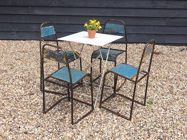 Terras huren - Oude metalen stoelen (blauw) en tafel