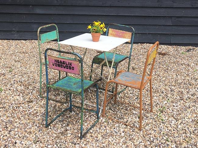 Terras huren - Oude metalen stoelen (mix) en tafel
