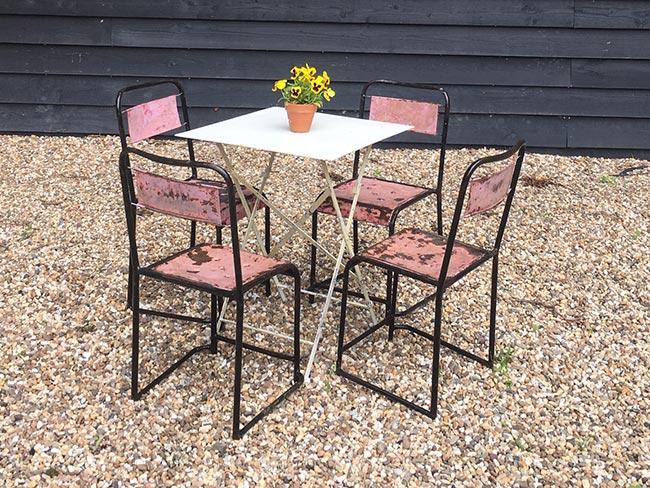 Terras huren - Oude metalen stoelen (roze) en tafel